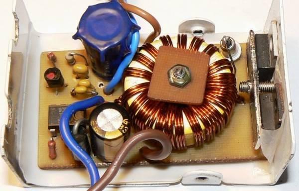 В данной схеме преобразователя автомобильного напряжения используется таймер КР1006ВИ1 в качестве формирователя ШИМ.